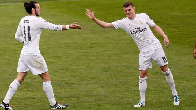 Toni Kroos (rechts) klatscht Gareth Bale ab.