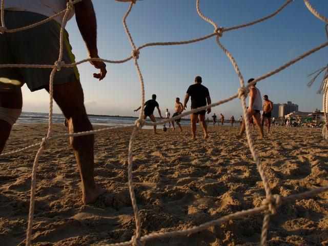Kinder spielen Fussball am Strand von Tel Aviv