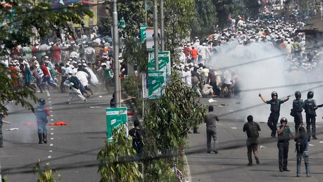 Die Polizei greift bei einer Demonstration ein