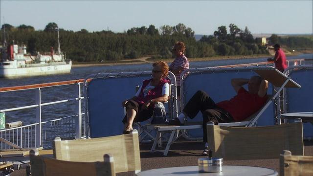 Gäste auf Flussschiff.