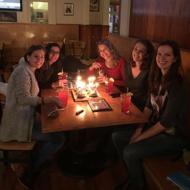 Eliane mit vier Freundinnen bei einem Geburtstagsfest