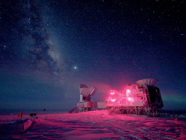 Südpol in der Dunkelheit, Sternenhimmel, Forschungsstation.