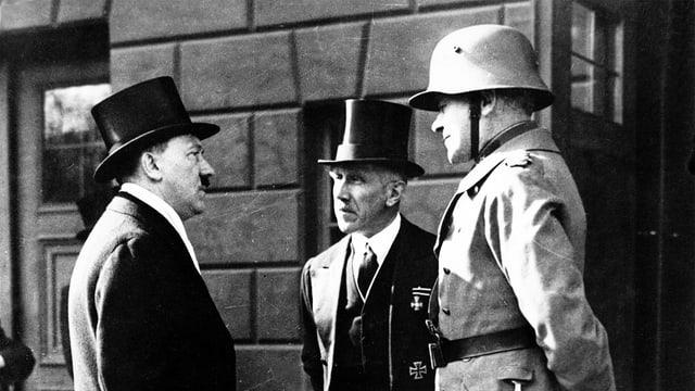 Hitler, von Papen und Werner von Blomberg (v.l.)
