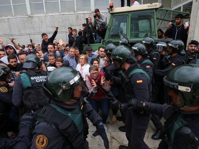 Polizei geht gegen Separatisten vor.