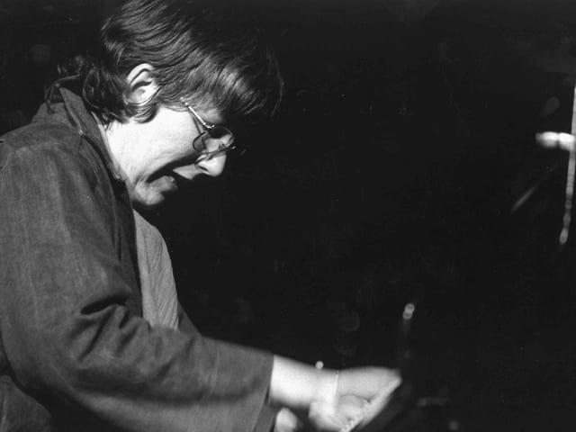 Irène Schweizer in einer undatieren schwarz-weiss Aufnahme, am Klavier spielend.
