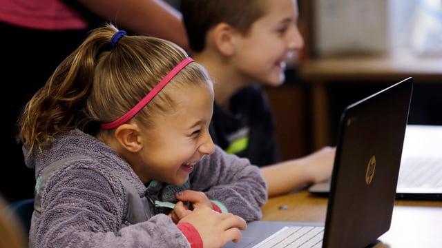 Schülerin an einem Computer