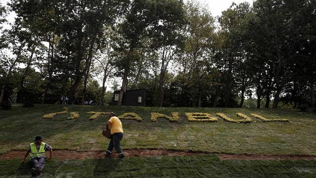 Dus lavurers en il parc Gezi ad Istanbul - qua vul Erdogan realisar in project pli grond