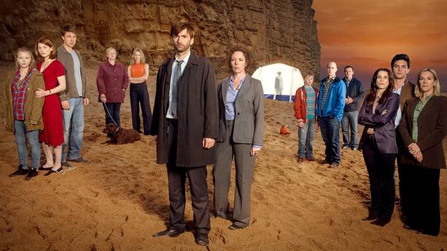 Die Schauspieler der Serie stehen am Strand.