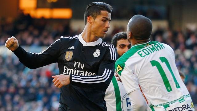 Reals Ronaldo tritt gegen einen Gegenspieler nach.