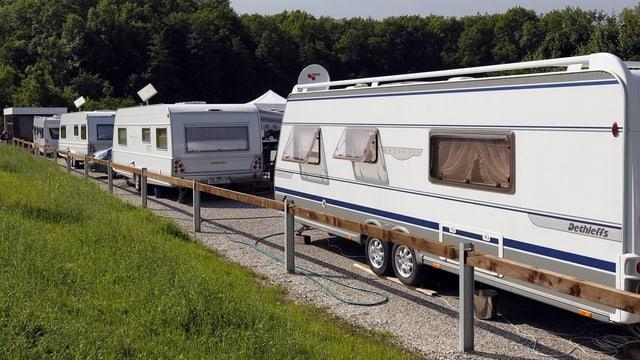 Mehrere Wohnwagen auf einem Standplatz für Fahrende.