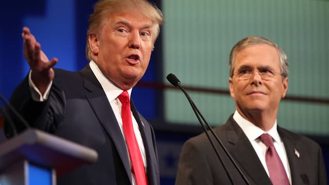 Trump udn Bush hinter einem Mikrofon.