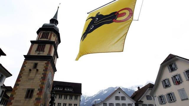 Der Dorfplatz von Altdorf mit Uri-Flagge