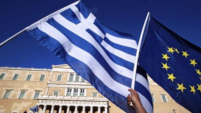 bajetg dal parlament grec cun bandieras da la grezia e da l'UE davantvart