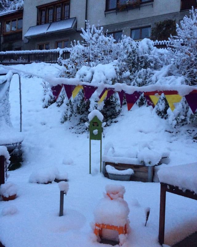 Eine Terasse im Schnee.