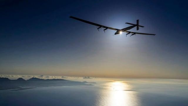 l'aviun Solar Impulse en il tschiel sur Hawaii.