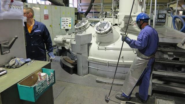 Zwei Giesser der Schmelzmetall AG am Vakuum-Ofen für Speziallegierungen.