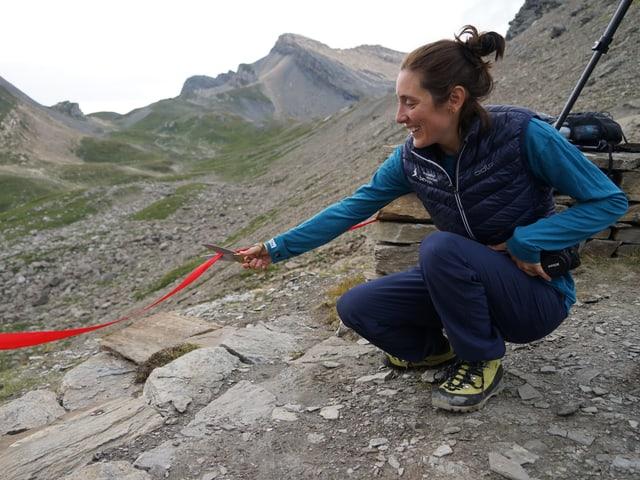 Christina Casparis dal Parc Natiral Beverin inaugurescha il punct d'observaziun.
