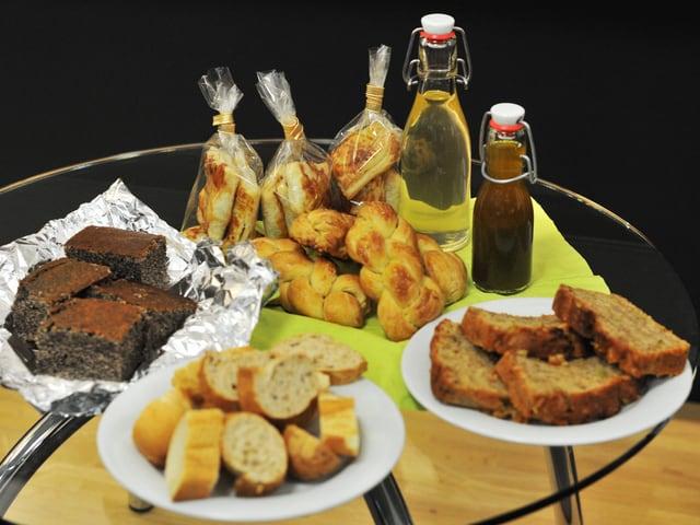Kuchen, Zopf, Brot und Kräuterschnaps. Der Gabentisch der SRF 3 Hörer.