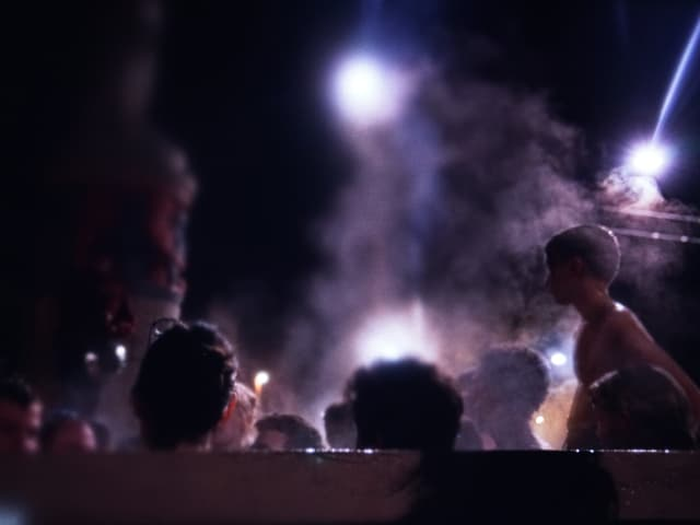 Menschen baden in einem Brunnen.