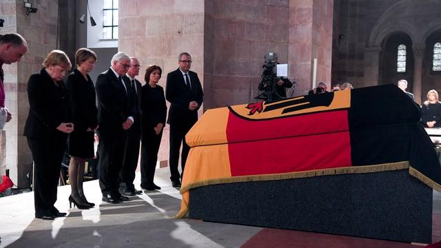 Merkel am Sarg von Kohl.
