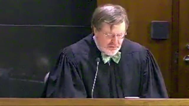 Ein Mann in Richter-Robe