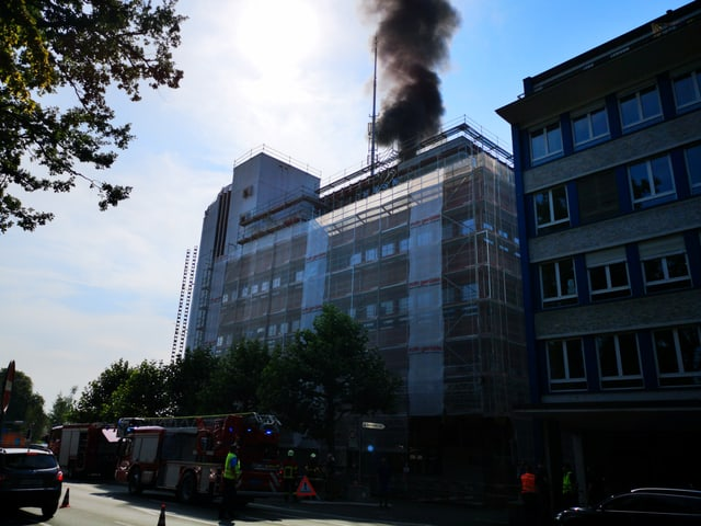 Rauchsäule über Hochhaus.