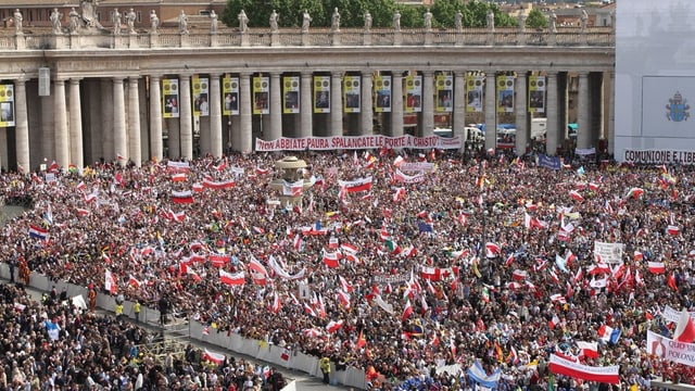 Vollbesetzter Petersplatz in Rom bei der Seligsprecheung von Johannes Paul II. – viele polnische Fahnen sind zu sehen