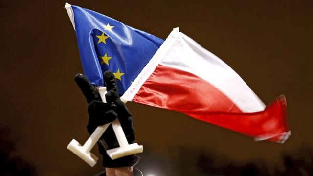 Polnische und EU-Fahne