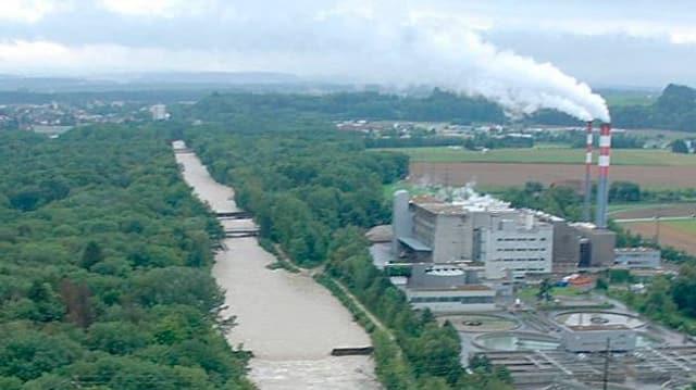 Fluss, daneben Kehrichtverbrennungsanlage