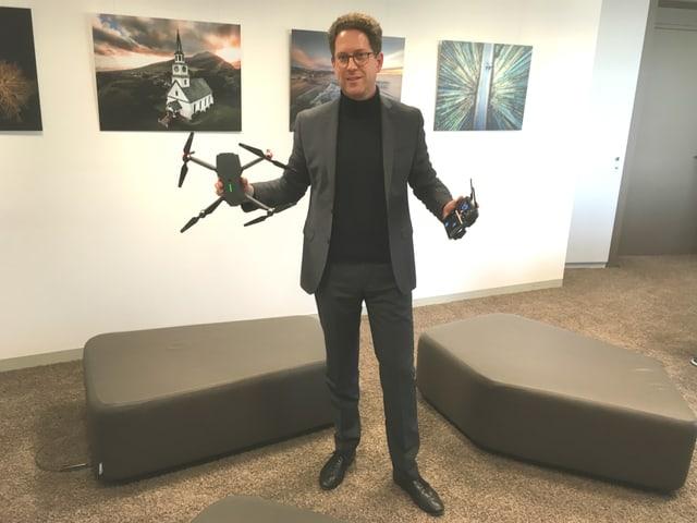 Martin Brandenburg hält Drohne in der Hand