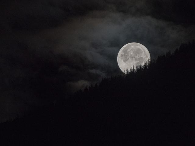 Der Mond geht langsam unter