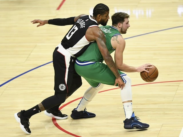 Luka Doncic im Duell mit Paul George.