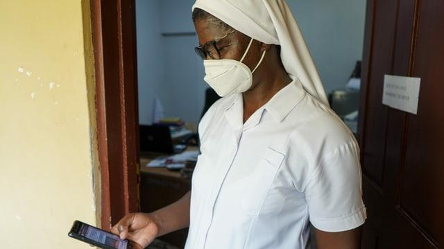 Schwester Mary Taabazuing vom St. Martin's-Spital demonstriert, wie sich das Gesundheitspersonal mit Whatsapp selbst organisiert hat, seit die Telemedizin nicht mehr richtig funktioniert.