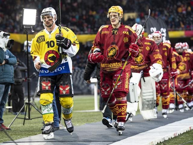 Die Spieler des SC Bern und der SCL Tigers betreten das Stade de Suisse.