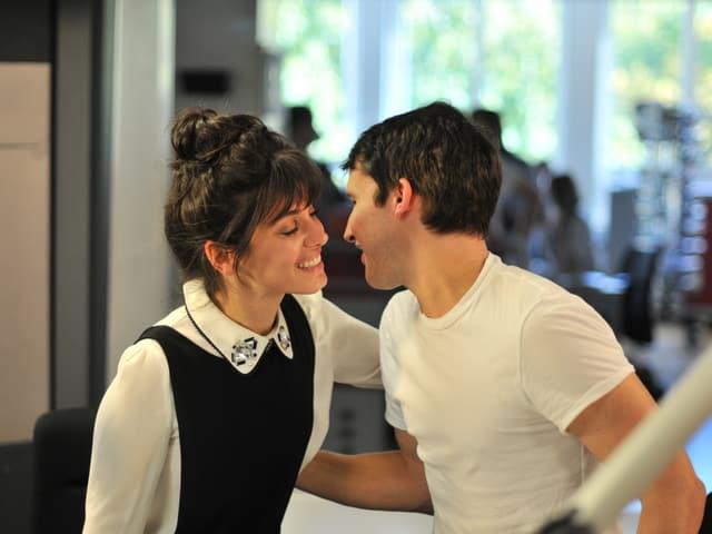 Kuss links, Kuss rechts. Katie und James bei der Begrüssung im Studio.