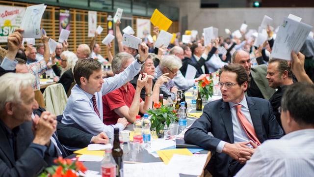 Roger Köppel inmitten der SVP-Delegierten.