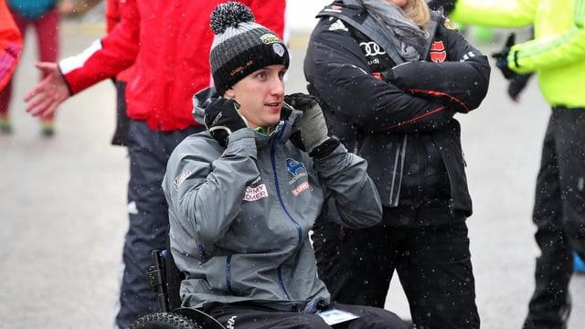 Der im Vorjahr in Bischofshofen gestürzte Nick Fairall kehrt im Rollstuhl an den Unfallort zurück.
