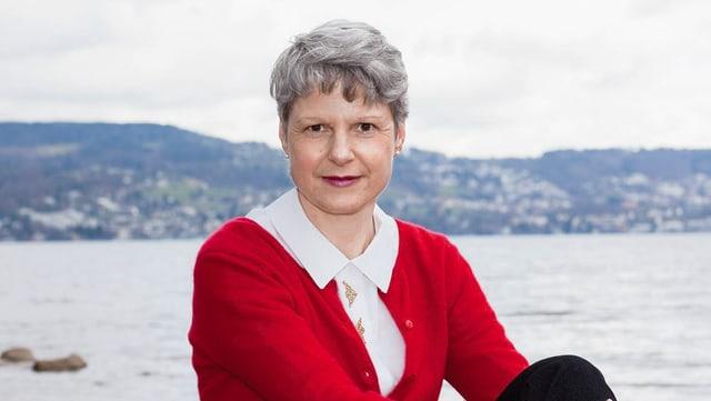 Nadja Eigenmann mit rotem Pullover vor dem Zürichsee.