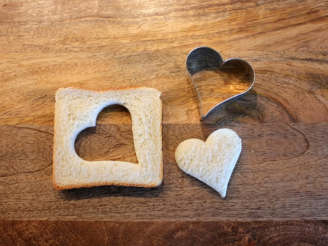 Toastbrot mit Guetzliform-Herz.