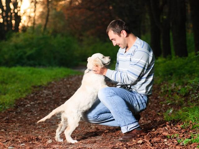 Junger Mann mit jungem Hund.