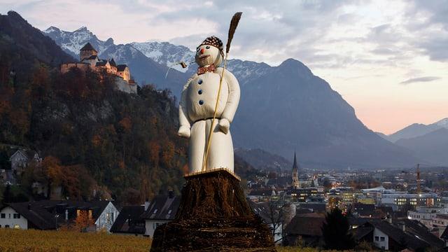 Fotomontage: Hintergrund Schloss Vaduz mit Städchen, ins Bild hineinkopiert der «Böög».