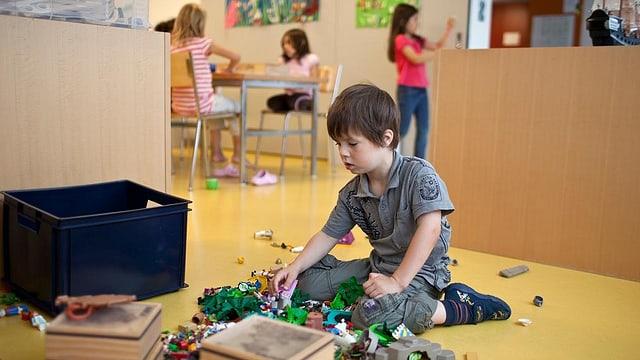 Spielendes Kind in einer Kinderkrippe