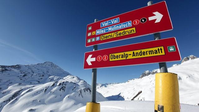 Skipistenwegweiser im Skigebiet Andermatt-Sedrun.