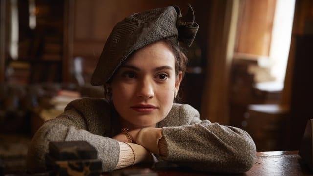 Auf dem Bild ist Lily James zu sehen im Kostüm als Juliet Ashton.