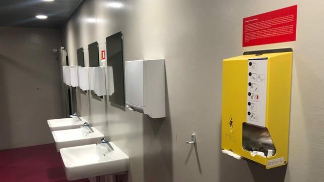 Industriell hergestellter Dispenser mit Hygiene-Artikel.