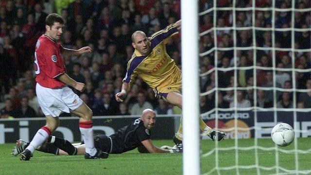 Jan Koller trifft im Jahr 2000 gegen Manchester United.