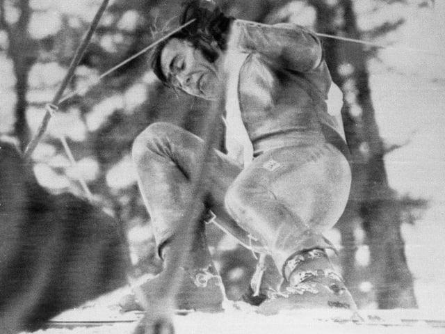 Schwarz-Weiss Aufnahme eines Sturzes von Roland Collombin.