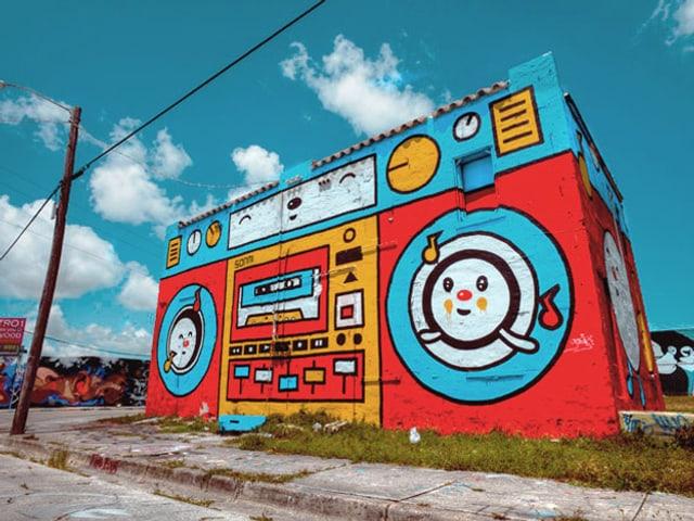 Ein Haus, das bunt bemalt wie ein Radio für Kinder ausschaut.
