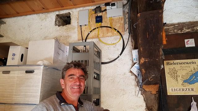 Bruno Martin, Bio-Winzer aus Ligerz vor dem Verteiler des Glasfaseranschlusses im Keller seines Hauses.