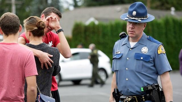 Ein Polizeioffizier und ein paar Jugendliche.